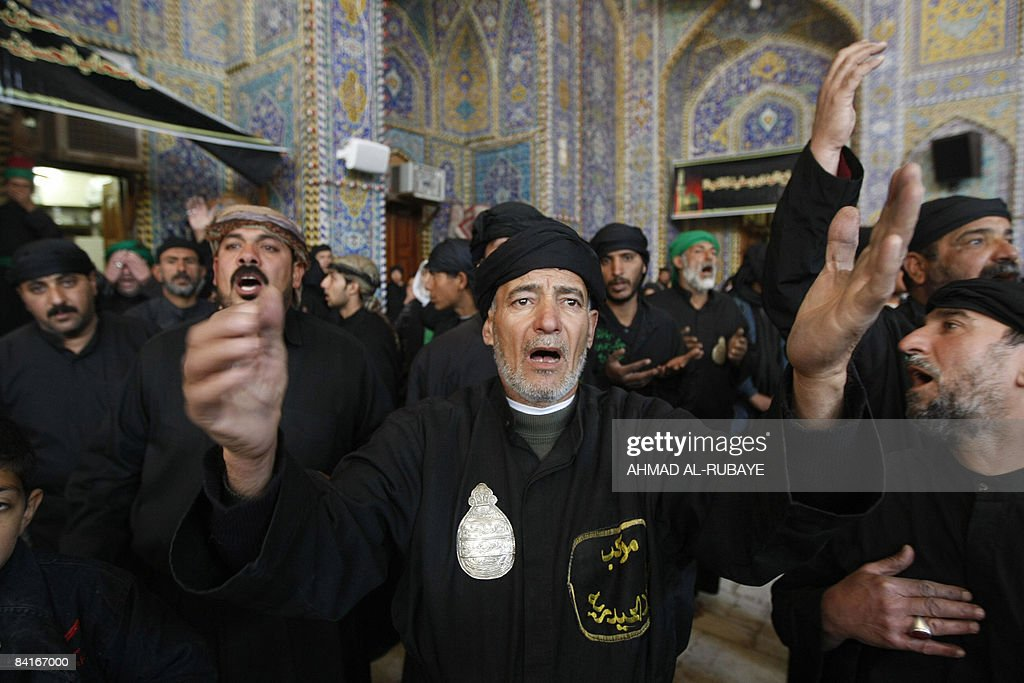 Iraqi Shiite Muslims beat their chests d : News Photo