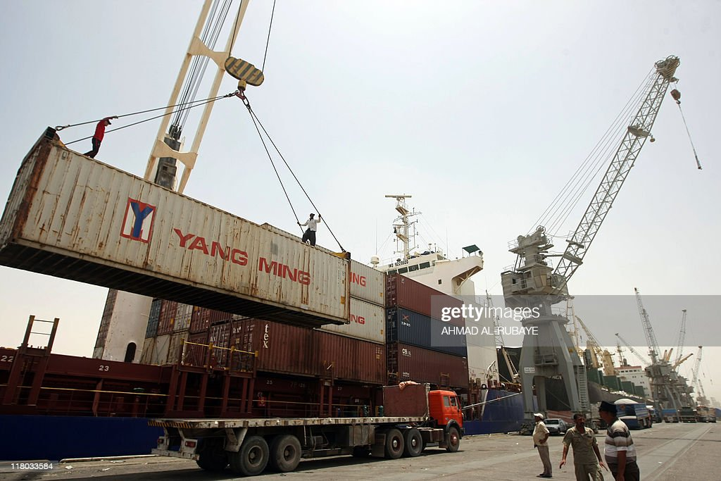 Iraqi workers prepare to unload a cargo : News Photo