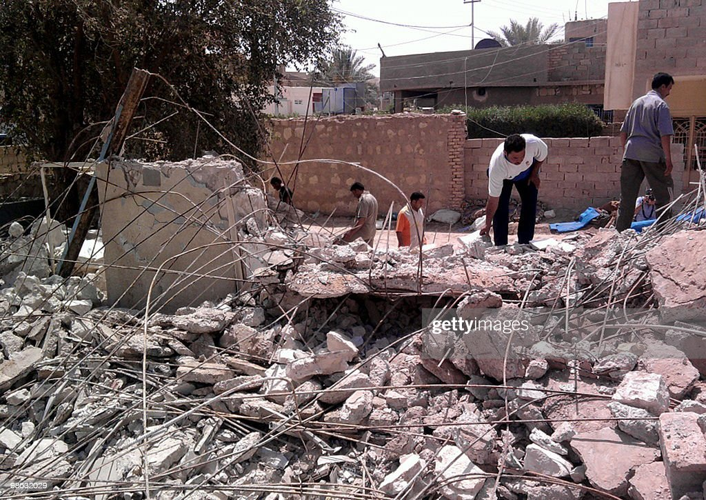 Iraqis search through rubble after four : Nieuwsfoto's