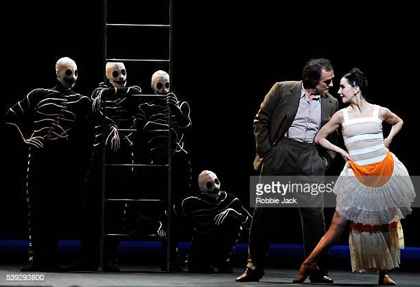Irek Mukhamedov as Diego Rivera and Tamara Rojo as Frida Khalo with artists of the company in English National Ballet's production of Annabelle Lopez...