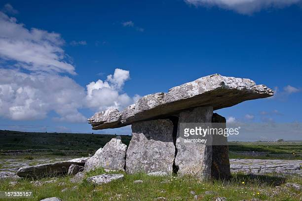 irlande: ancienne portail tombe (dolmen) dans le comté de clare - poulnabrone dolmen photos et images de collection