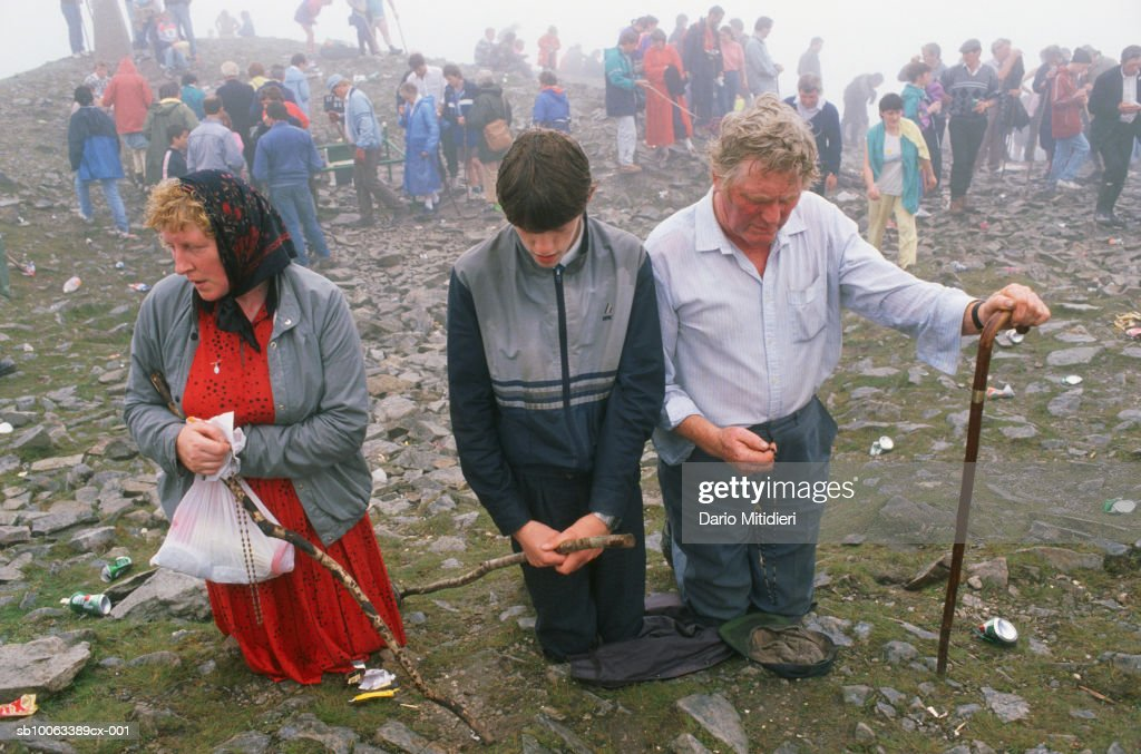 Ireland, County Mayo, people praying at Craogh Patrick : Fotografía de noticias