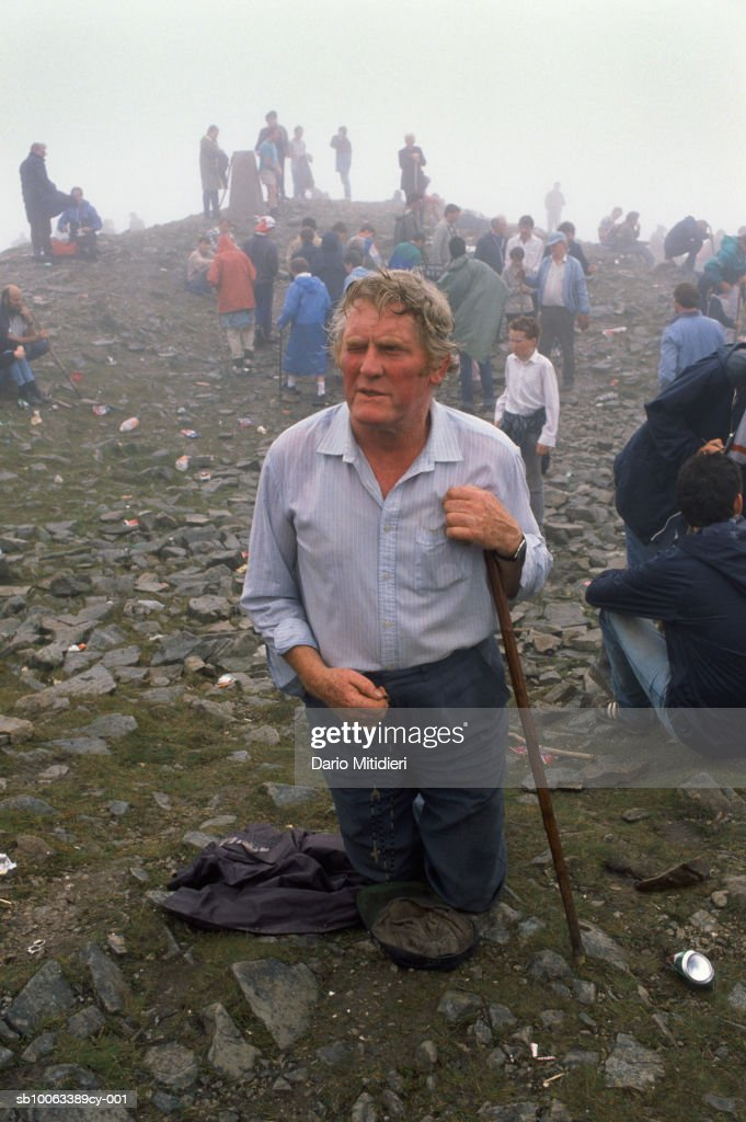 Ireland, County Mayo, people praying at Craogh Patrick : Fotografia de notícias