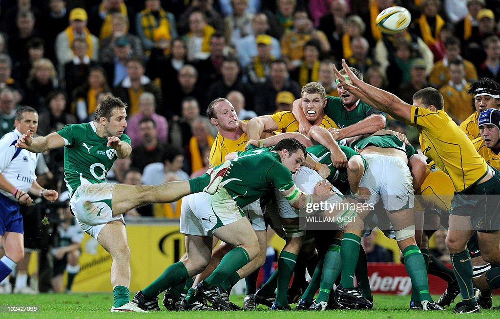 Ireland halfback Tomas O'Leary (L) clear : News Photo