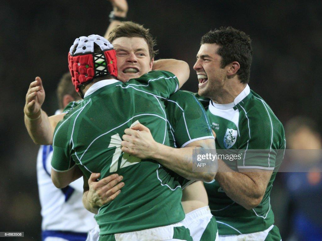 Ireland's Brian O'Driscoll (C) celebrate : News Photo