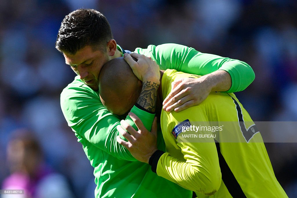 TOPSHOT - Ireland's goalkeeper Darren Randolph (R) is comforted by Ireland's goalkeeper Keiren Westwood after the Euro 2016 round of 16 football match between France and Republic of Ireland at the Parc Olympique Lyonnais stadium in Décines-Charpieu, near Lyon, on June 26, 2016. / AFP / MARTIN