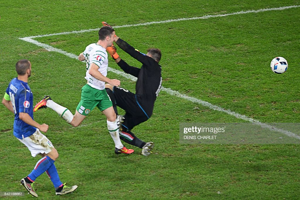 Ireland's midfielder Robert Brady (C) scores a goal past Italy's goalkeeper Salvatore Sirigu during the Euro 2016 group E football match between Italy and Ireland at the Pierre-Mauroy stadium in Villeneuve-d'Ascq, near Lille, on June 22, 2016. Ireland won the match 0-1. / AFP / DENIS