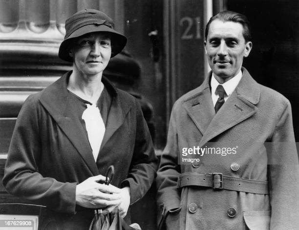 Irene CurieJoliot daughter of Marie Curie with her husband Frédéric Joliot Photograph November 15th 1935 Irene CurieJoliot Tochter von Marie Curie...