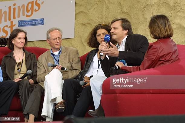 Irene Fischer Joachim Hermann Luger Susanne Evers Moderatoren Frühlingsfest der ARDSerie Lindenstraße Talkrunde KölnBocklemünd Bühne Auftritt Mikrofon