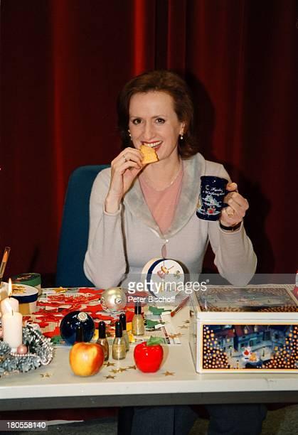 Irene FischerProbst 'Weihnachtsbastelnin der Lindenstraße' Köln Studio ARDSerie Bastelarbeiten Kaffeebechertrinken Spekulatius Kekse essen...