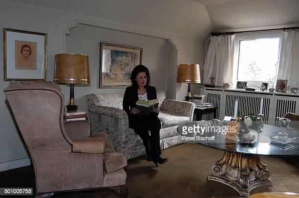 """Irene Hubschmid , Homestory, Berlin, Deutschland, , P.-Nr. 463/2006, Wohnzimmer, Buch lesen, Autobiographie: """"Geliebter Mann, was nun?"""", Autorin,..."""