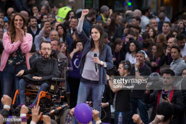 Irene Montero seen raising her fist at the end of her speech during the rally Hundreds of people gathered at the rally of Podemos He returns as an...