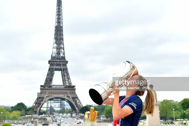 Irene Paredes kisses with the trophy next to the Eiffel Tower during the Celebration of the title of French champion D1 Arkema at Parc des Princes on...