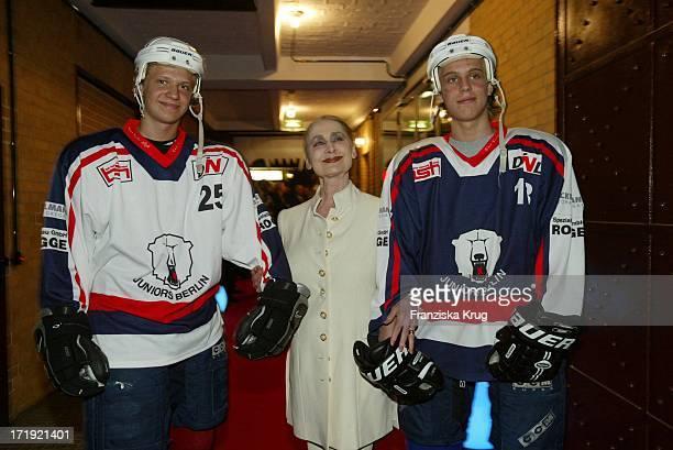 Irina Pabst Mit Eishockeyspielern Beim Benefiz Dinner Der Laureus Sport Stiftung Im Umspannwerk In Berlin