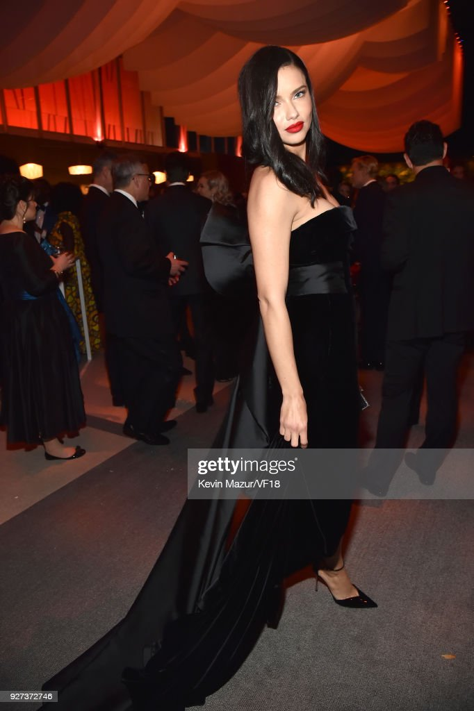 Irina Shayk attends the 2018 Vanity Fair Oscar Party hosted by Radhika Jones at Wallis Annenberg Center for the Performing Arts on March 4, 2018 in Beverly Hills, California.