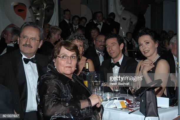Iris Berben , li. Daneben Sohn Oliver Berben , Christian Ude , dessen Ehefrau Edith von Welser-Ude , Dr. Michaela Liebhardt-Kreuzer , Verleihung...