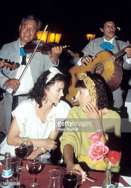 Iris Berben Monika Peitsch neben den Dreharbeiten zur ZDFReihe 'Traumschiff' Folge 16 'Mexiko' Acapulco Gitarrist Geiger Musikinstrument Geige...