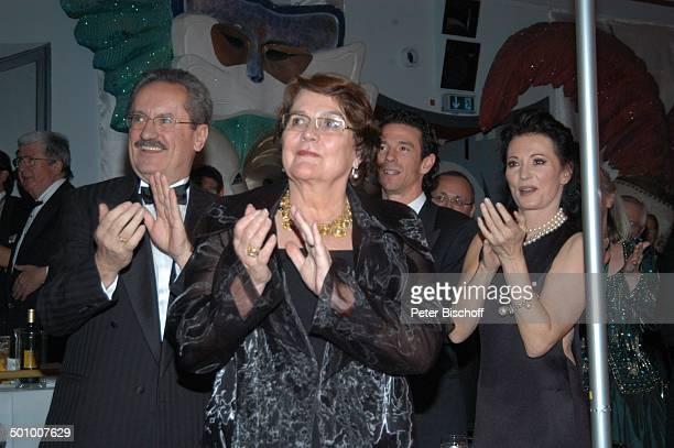 Iris Berben Sohn Oliver Berben Christian Ude dessen Ehefrau Edith von WelserUde Verleihung KarlValentinOrden 2007 an Iris Berben durch...