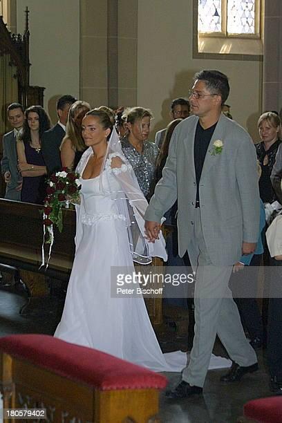 Iris Remmertz Ehemann Hansjörg Criens auf dem Weg zum Altar kirchliche Trauung Mönchengladbach Kirche St Mariä Empfängnis Braut Bräutigam Brautstrauß...