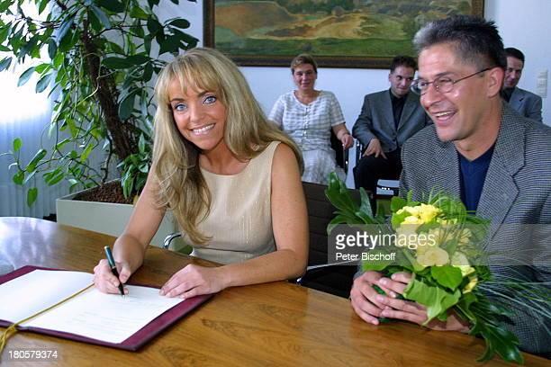 Iris Remmertz Ehemann Hansjörg Criens Bruder Dieter Criens auf dem Standesamt Mönchengladbach standesamtliche Trauung Braut Bräutigam Unterschrift in...