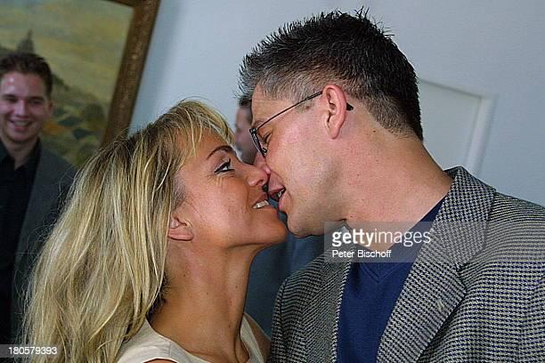 Iris Remmertz Ehemann Hansjörg Criens Bruder Dieter Criens auf dem Standesamt Mönchengladbach standesamtliche Trauung Braut Bräutigam Kuß küssen...