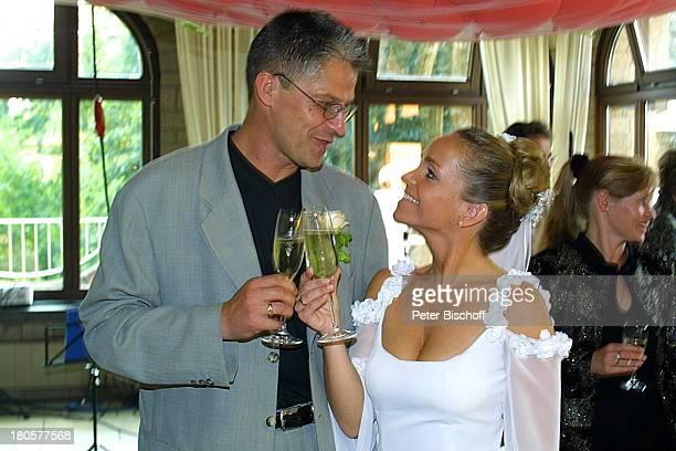 Iris Remmertz Ehemann Hansjörg Criens nach der kirchlichen Trauung Mönchengladbach Kaiser FriedrichHalle Braut Bräutigam Hochzeit Brautkleid Schleier...