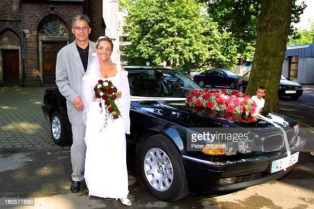 Iris Remmertz Ehemann Hansjörg Criens nach der kirchlichen Trauung Mönchengladbach vor der Kirche 'St Mariä Empfängnis' Braut Bräutigam Hochzeit...
