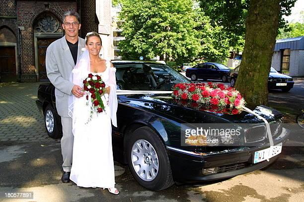 Iris Remmertz Ehemann Hansjörg Criens nach der kirchlichen Trauung Mönchengladbach vor der Kirche St Mariä Empfängnis Braut Bräutigam Hochzeit...