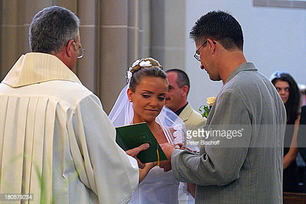 Iris Remmertz Ehemann Hansjörg Criens Pfarrer Graf das Anstecken der Eheringe kirchliche Trauung Mönchengladbach Kirche St Mariä Empfängnis Braut...