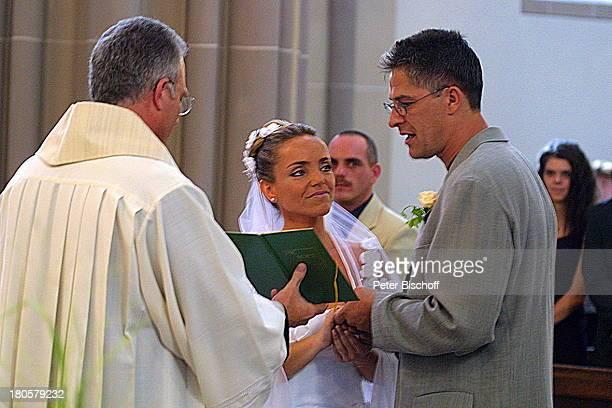 Iris Remmertz Ehemann Hansjörg Criens Pfarrer Graf das JaWort Unterschrift in das Kirchenbuch kirchliche Trauung Mönchengladbach Kirche St Mariä...
