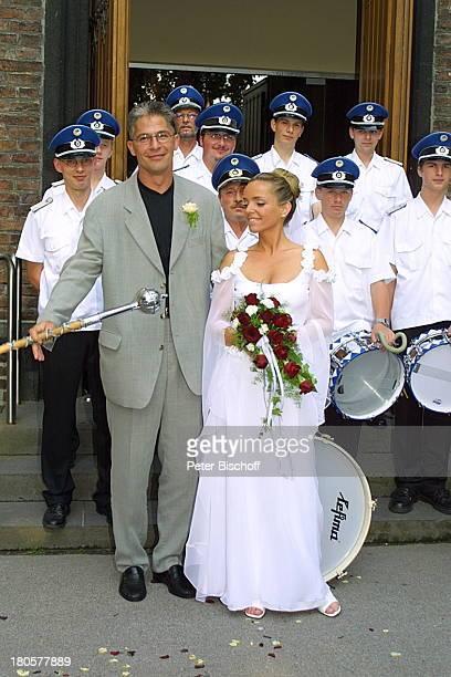 Iris Remmertz Ehemann Hansjörg Criens Spielmannszug nach der kirchlichen Trauung Mönchengladbach vor der Kirche St Mariä Empfängnis Braut Bräutigam...