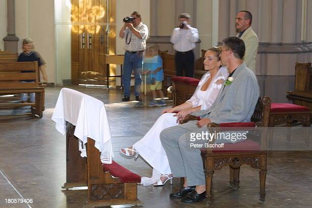 Iris Remmertz Ehemann Hansjörg Criens vor dem Altar kirchliche Trauung Mönchengladbach Kirche St Mariä Empfängnis Braut Bräutigam Hochzeit Brautkleid...