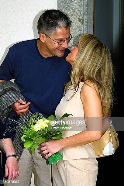 Iris Remmertz Lebensgefährte Hansjörg Criens Standesamt Mönchengladbach Braut Bräutigam Brautstrauß Kuß küssen Brille A c h t u n g Bis 01 10 2001...