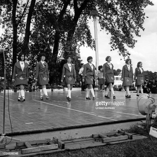 Irische Volkstanzgruppe auf der Bühne beim Treffen der Nationen in Hamburg, Deutschland 1960er Jahre.
