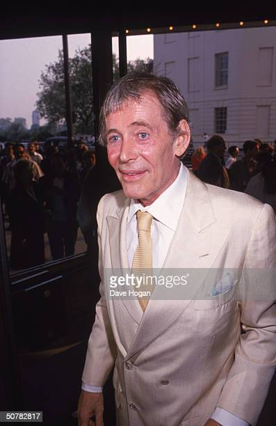 Irish actor Peter O'Toole arrives at the rerelease of his 1962 epic 'Lawrence of Arabia', circa 1989.
