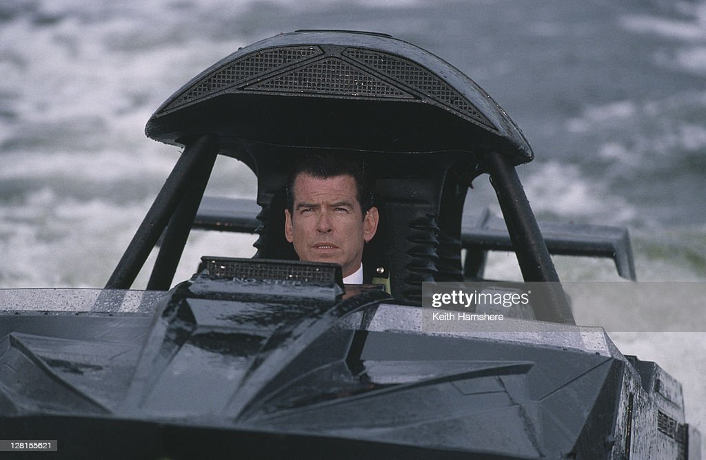 Irish actor Pierce Brosnan as 007 in the James Bond film 'The World Is Not Enough', 1999. Here he gives chase to an assassin down the River Thames (filmed on location in London) in a water jet-powered speedboat.