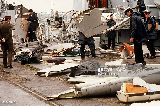 Irish naval authorities bring ashore debris from an Air India Boeing 747 28 June 1985 in Cork following the crash of the aircraft 23 June 1985 with...