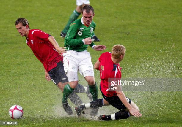 Irish player Glenn Whelan is flanked by Morten Gamst Pedersen and John Arne Riise during a friendly football Norway vs Ireland at Oslo's Ullevaal...