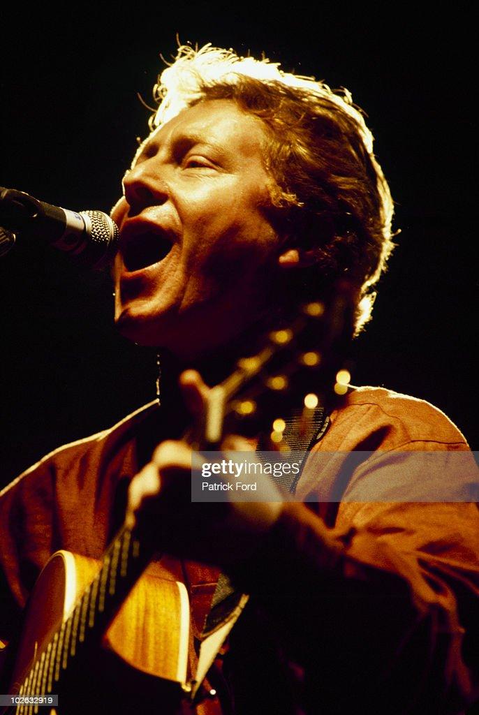 Paul Brady Performs On Stage : News Photo