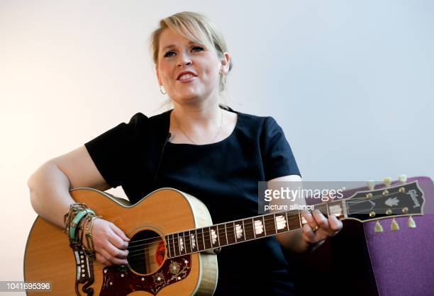 Irish-American singer Maite Kelly presents her skills during an interview in Berlin, Germany, 27 March 2013. Photo: Kay Nietfeld | usage worldwide