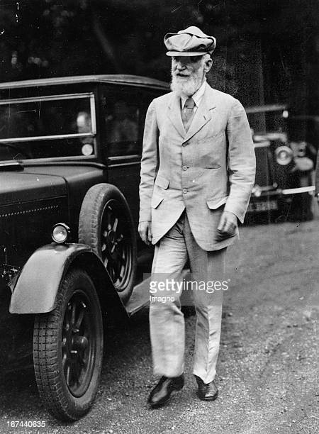 IrishBritish playwright George Bernard Shaw in his motorist clothes when leaving the I L P Summer School at Welwyn About 1935 Photograph Der...