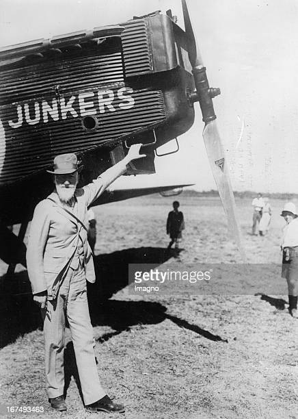 IrishBritish playwright George Bernard Shaw with a Junkers aircraft in Cape Town / South Africa 15th February 1932 Photograph Der irischbritische...