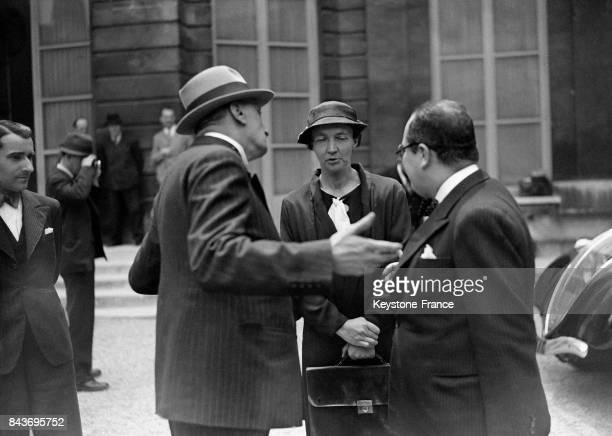 Irène JoliotCurie chercheuse et ministre de la Recherche Scientifique s'entretient avec des hommes après un conseil de Cabinet en juin 1936 à Paris...