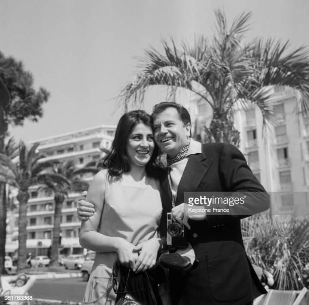 Irène Papas et Gabriele Ferzetti sur la Croisette au festival international du film à Cannes en France, en avril 1967.