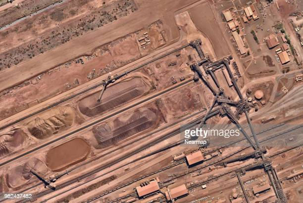 iron ore facility with heavy machinery - geografia física - fotografias e filmes do acervo