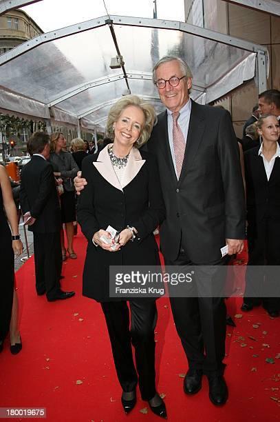 Isa Gräfin Von Hardenberg Und Ehemann Andreas Graf Hardenberg Bei Der Mailänder Scala Oper In Der Komischen Oper In Berlin