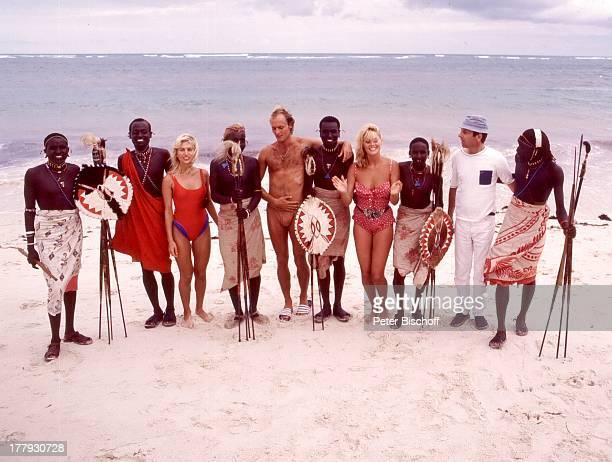 """Isa Haller , Bea Fiedler , Wolfgang Jansen , Franco Schick , Einheimische Massai-Krieger, vor der Premiere vom Kino-Film """"Das verrückte Strandhotel"""",..."""