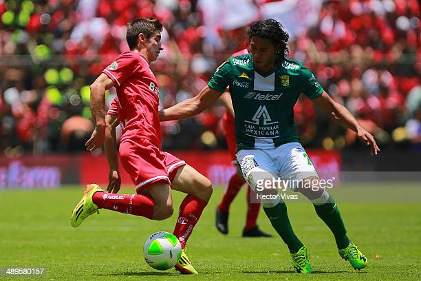 Isaac Brizuela of Toluca struggles for the ball with Carlos Pe–a of Leon during the Semifinal second leg match between Toluca and Leon as part of the...