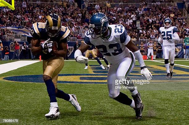 Isaac Bruce of the St Louis Rams catches a touchdown against Marcus Trufant of the Seattle Seahawks at the Edward Jones Dome November 25 2007 in St...