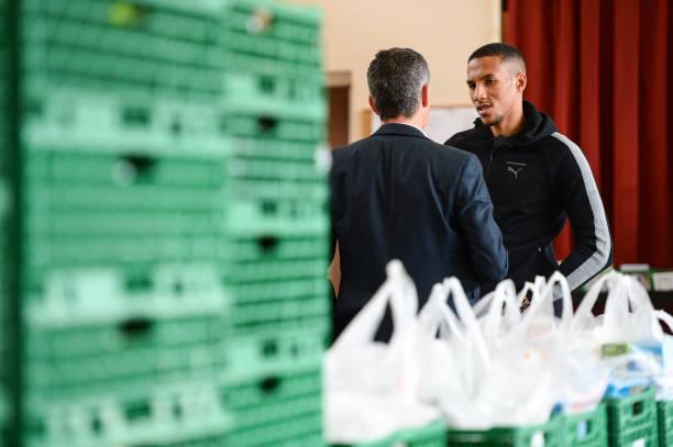 Fotos und Bilder von Isaac Hayden Visits a Local Newcastle Foodbank ...